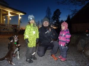Kuvassa, Tuomas, Matti ja Vilja sekä tietysti Marvin. Maija ei päässyt hakureissulle mukaan.